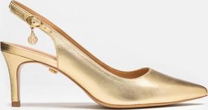 Złote czółenka Kazar w stylu klasycznym
