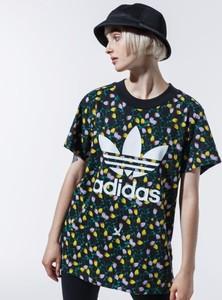 T-shirt Adidas w sportowym stylu z krótkim rękawem z nadrukiem