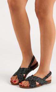 Czarne sandały Czasnabuty z klamrami na koturnie