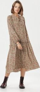 Sukienka born2be z żabotem midi
