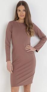 Różowa sukienka born2be z długim rękawem z okrągłym dekoltem w stylu casual