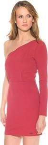 Różowa sukienka Pepe Jeans w stylu glamour z długim rękawem asymetryczna