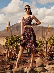 Sukienka Top Secret w stylu casual midi z dekoltem w kształcie litery v
