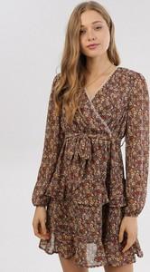 Brązowa sukienka born2be mini z długim rękawem z dekoltem w kształcie litery v