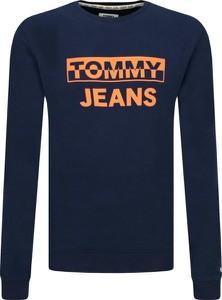 Niebieska bluza Tommy Jeans w młodzieżowym stylu