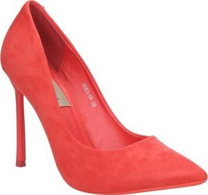 Czerwone szpilki Casu z zamszu ze spiczastym noskiem w stylu klasycznym
