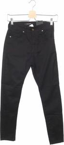 Czarne jeansy New Laviva w street stylu