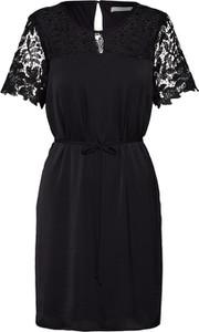 Czarna sukienka Vila z krótkim rękawem z okrągłym dekoltem