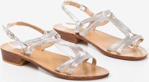 Srebrne sandały Royalfashion.pl z płaską podeszwą w stylu casual z klamrami