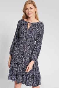 Granatowa sukienka QUIOSQUE w stylu casual z długim rękawem
