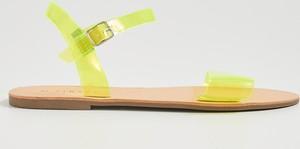 Żółte sandały Sinsay z klamrami w młodzieżowym stylu z płaską podeszwą