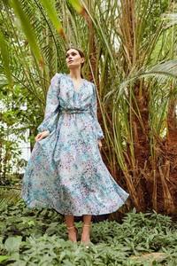 Niebieska sukienka Lemoniade z długim rękawem z jedwabiu wyszczuplająca