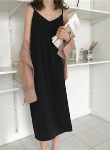 Sukienka Cikelly na ramiączkach prosta z dekoltem w kształcie litery v
