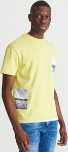Żółty t-shirt Reserved w młodzieżowym stylu z krótkim rękawem