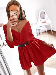Czerwona sukienka magmac.pl w stylu casual z dekoltem w kształcie litery v z długim rękawem