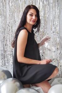 Czarna sukienka butik-choice.pl bez rękawów trapezowa