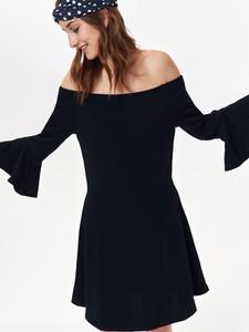 Czarna sukienka Troll hiszpanka z odkrytymi ramionami z krótkim rękawem