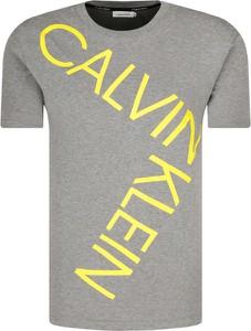 T-shirt Calvin Klein z nadrukiem w młodzieżowym stylu z krótkim rękawem