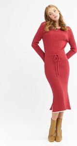 Czerwona sukienka BGN z okrągłym dekoltem z długim rękawem midi
