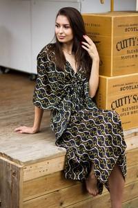 Sukienka Byinsomnia z długim rękawem z dekoltem w kształcie litery v
