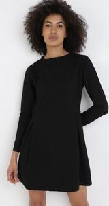 Czarna sukienka born2be mini z okrągłym dekoltem