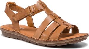 Brązowe sandały Clarks z płaską podeszwą ze skóry w stylu casual