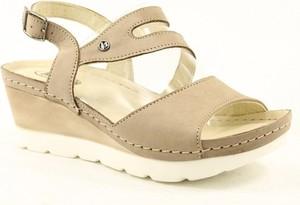 Brązowe sandały Helios na średnim obcasie na koturnie