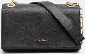 Czarna torebka Calvin Klein w stylu glamour na ramię
