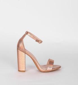 Złote sandały HERS.pl w stylu klasycznym