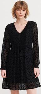 Czarna sukienka Reserved w stylu casual z długim rękawem z dekoltem w kształcie litery v