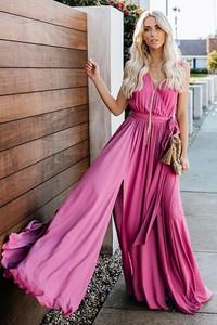 Różowa sukienka Ivet.pl z dekoltem w kształcie litery v maxi rozkloszowana
