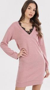 Różowa sukienka born2be z długim rękawem z dekoltem w kształcie litery v