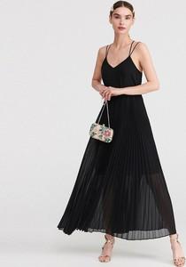 Sukienka Reserved z dekoltem w kształcie litery v maxi z odkrytymi ramionami