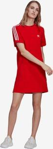 Czerwona sukienka Adidas Originals w sportowym stylu
