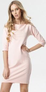 Różowa sukienka born2be z długim rękawem mini z okrągłym dekoltem