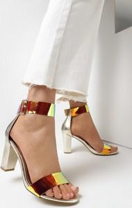 Złote sandały born2be z klamrami ze skóry