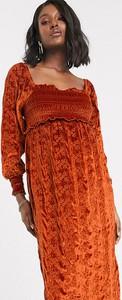 ASOS DESIGN Maternity – Aksamitna sukienka midi w rudym kolorze z haftem angielskim i marszczeniem na gumkach-Czerwony