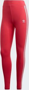 Czerwone legginsy Adidas Originals w sportowym stylu