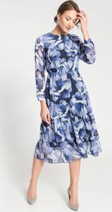 Niebieska sukienka QUIOSQUE midi z okrągłym dekoltem