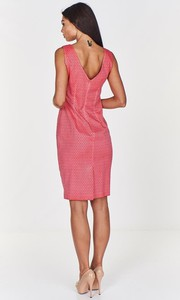 Różowa sukienka Fokus dopasowana z żakardu z dekoltem na plecach