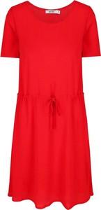 Czerwona sukienka NA-KD w stylu casual z krótkim rękawem z okrągłym dekoltem