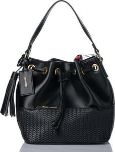 Czarna torebka Monnari na ramię w wakacyjnym stylu