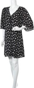 Sukienka Trendyol z dekoltem w kształcie litery v z długim rękawem