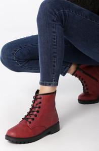 Czerwone botki born2be w stylu casual z płaską podeszwą sznurowane