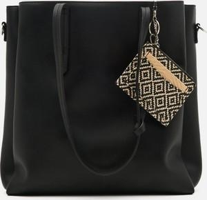 Czarna torebka Cropp w wakacyjnym stylu ze skóry na ramię