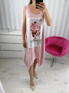 Różowa sukienka zooe.pl z okrągłym dekoltem midi asymetryczna
