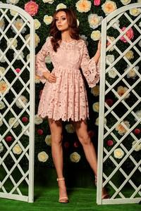 Różowa sukienka TAGLESS z długim rękawem rozkloszowana z okrągłym dekoltem