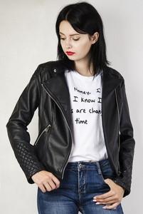 Czarna kurtka Olika krótka w rockowym stylu
