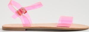 Różowe sandały Sinsay z klamrami z płaską podeszwą w młodzieżowym stylu