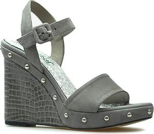 Brązowe sandały Carinii ze skóry z klamrami na platformie